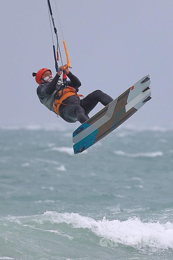 第3屆澎湖風箏浪板邀請賽14日在白坑海域展開,來自國內外的選手在強風中有如特技般地演出,讓賽事更加精彩刺激。(澎湖縣帆船協會提供)中央社 109年11月14日