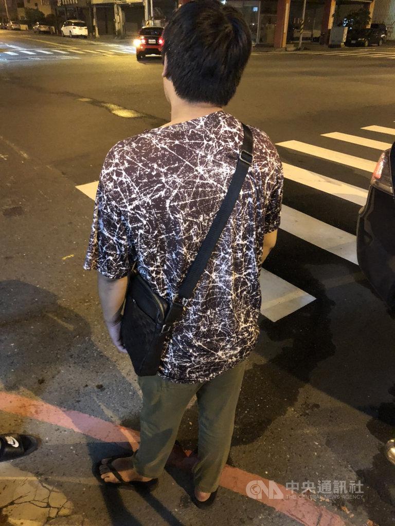 台南27歲溫姓男子13日晚上在台南車站前疑不滿前方學生推擠到有孕在身的妻子,拿出手槍造型打火機嚇跑對方,結果鬧上臉書社群,警方14日凌晨登門,依法函送。(台南市警局提供)中央社記者張榮祥台南傳真 109年11月14日