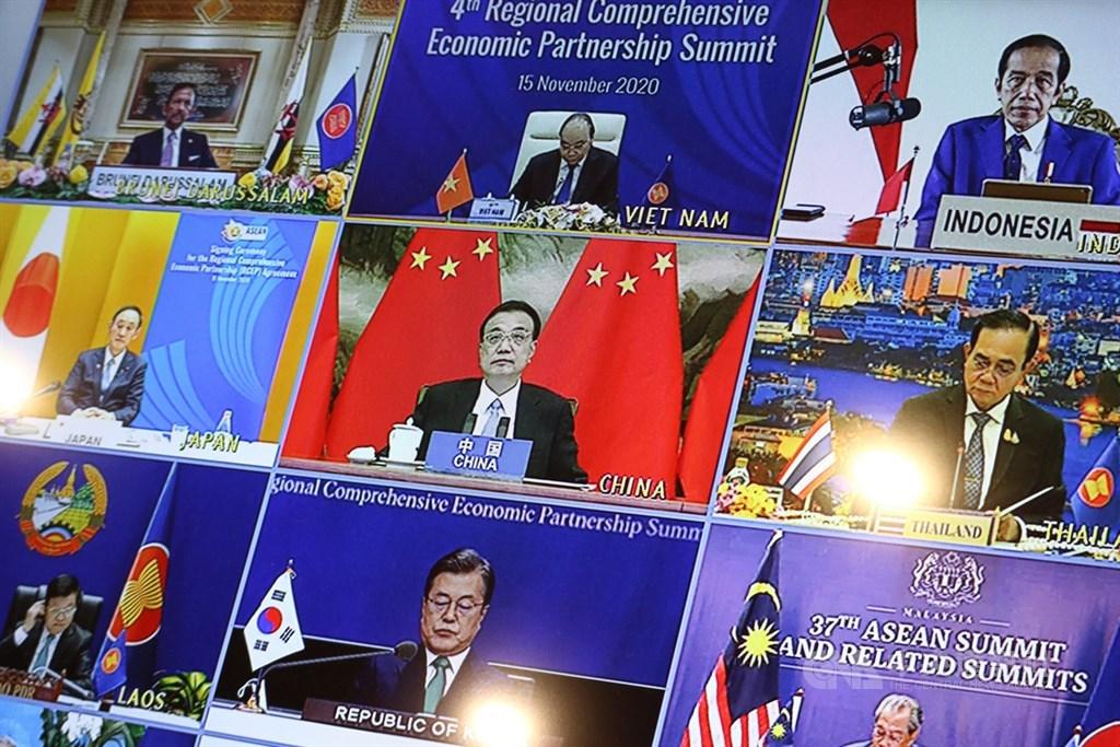 拜登顧問康貝爾2日表示,中國加入「區域全面經濟夥伴協定」,並對美國缺席的「跨太平洋夥伴全面進步協定」感興趣,應是美國的「真正警鐘」。圖為中國國務院總理李克強(中)15日上午以視訊方式出席第4屆RCEP峰會。中央社記者陳家倫河內攝 109年11月15日