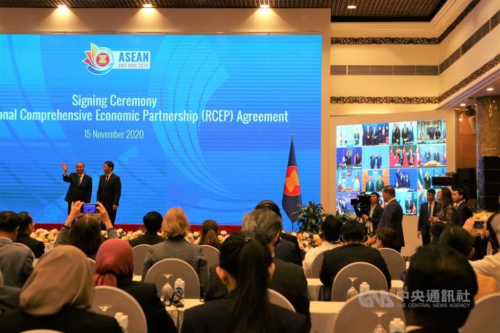 歷經7年多談判的區域全面經濟夥伴協定(RCEP)於15日在線上簽署。圖為協定簽署完成後,RCEP各參與國領袖代表向在場媒體揮手致意。中央社記者陳家倫河內攝 109年11月15日