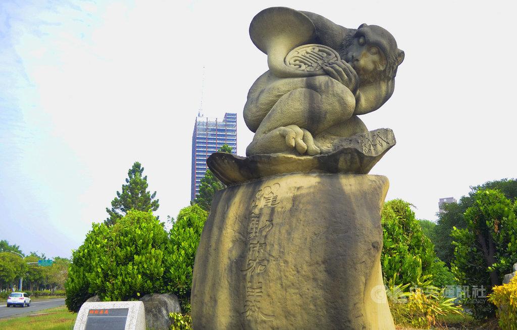 藝術家蔡永武是嘉義地區許多石猴創作者的老師,在嘉義市社區大學開設石雕班並教導陶藝,矗立在嘉義市北港路與世賢路交叉口,3公尺高台灣獼猴吹法國號的石雕像「躍動嘉義」,就是蔡永武的作品。中央社記者蔡智明攝 109年11月15日