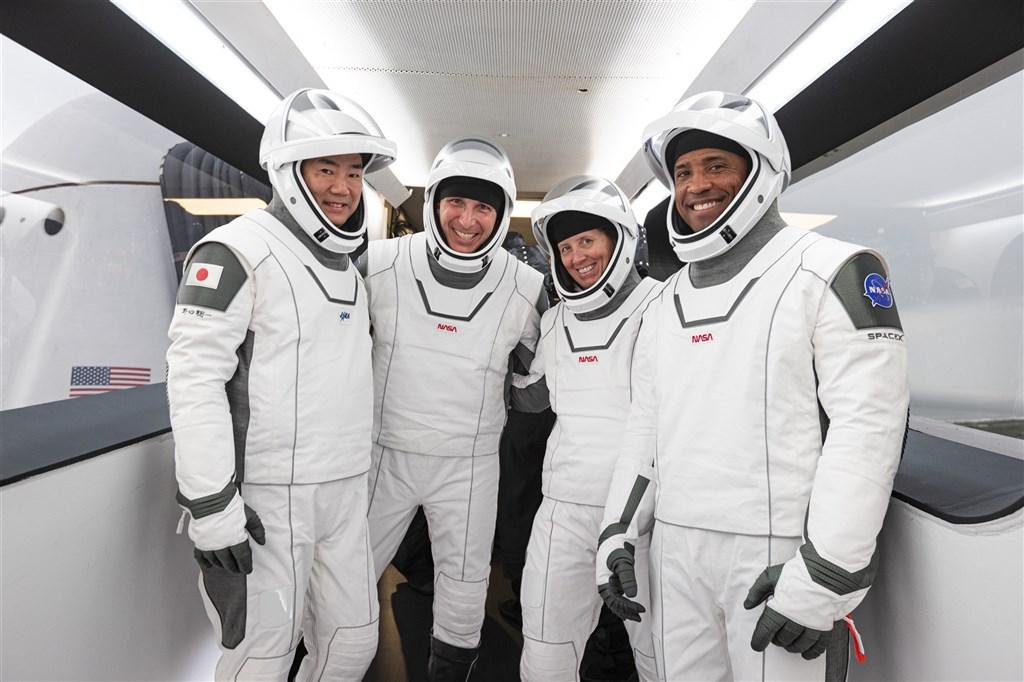 4名太空人預計15日搭乘太空探索科技公司(SpaceX)的天龍號太空船「堅韌」,啟程前往國際太空站(ISS)。這是SpaceX春末飛行測試成功後第一次出任務,(圖取自twitter.com/Astro_Soich)