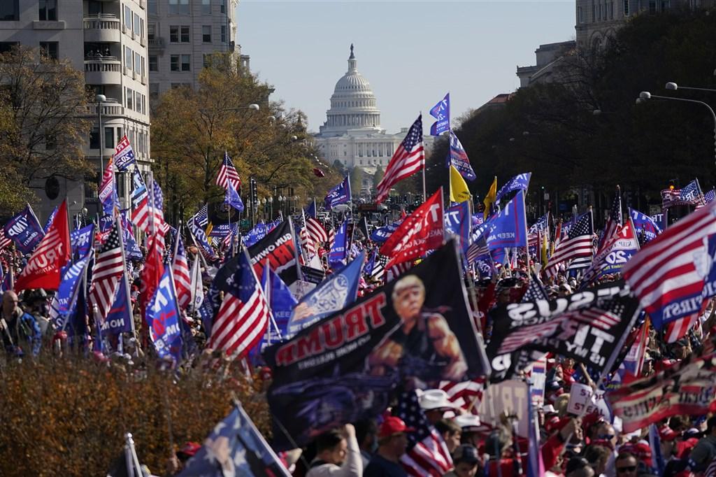 數千名美國總統川普的支持者14日在華盛頓市中心上街遊行,高呼「停止偷竊(選舉)」、「我們才是贏家」等口號。(美聯社)