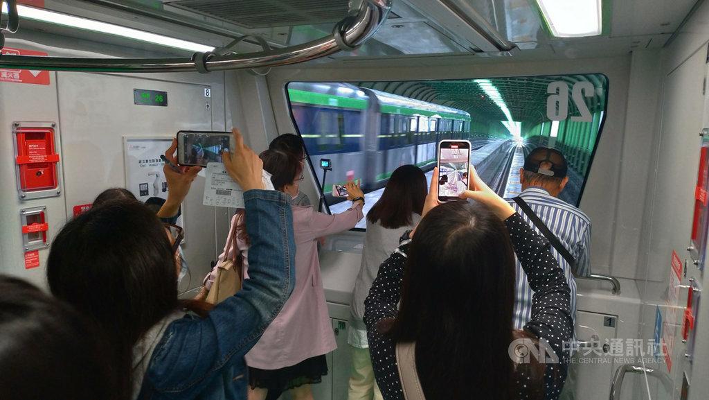 台中捷運綠線16日起試營運1個月,提供民眾免費搭乘,首日吸引逾7萬人次搭乘,民眾搶拍沿途風景。中央社記者蘇木春攝 109年11月16日