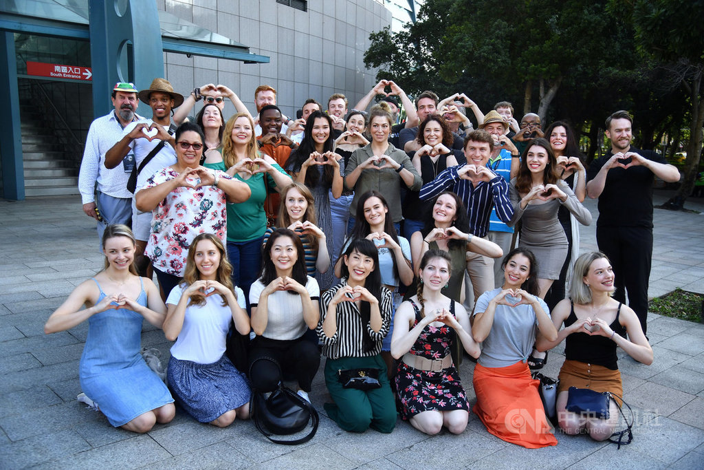 經典音樂劇「歌劇魅影」演員日前抵達台灣,並配合防疫政策隔離,17日在台北小巨蛋舉行防疫出關記者會,演員們比出愛心手勢。中央社記者王飛華攝 109年11月17日