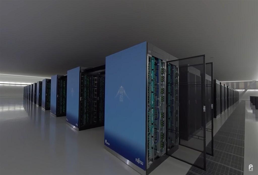 日本理化學研究所與富士通開發的超級電腦「富岳」,在17日發表的超級電腦計算速度排行榜TOP 500中蟬聯第一。(圖取自日本理化學研究所YouTube頻道網頁youtube.com)