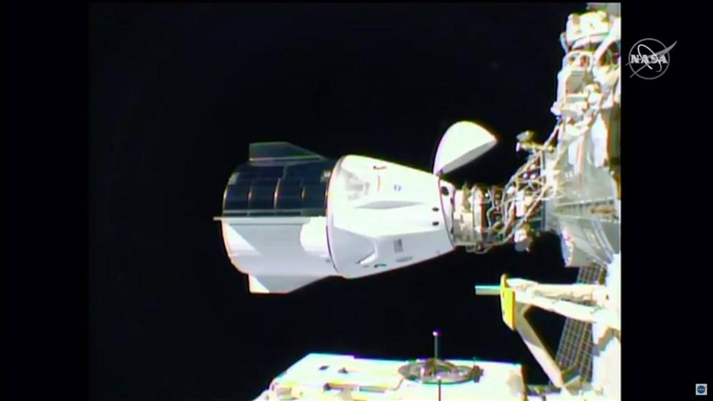 美國太空探索科技公司打造的飛龍太空船16日成功與國際太空站對接,美國期望接下來的許多例行任務也能成功進行。(圖取自facebook.com/NASA)