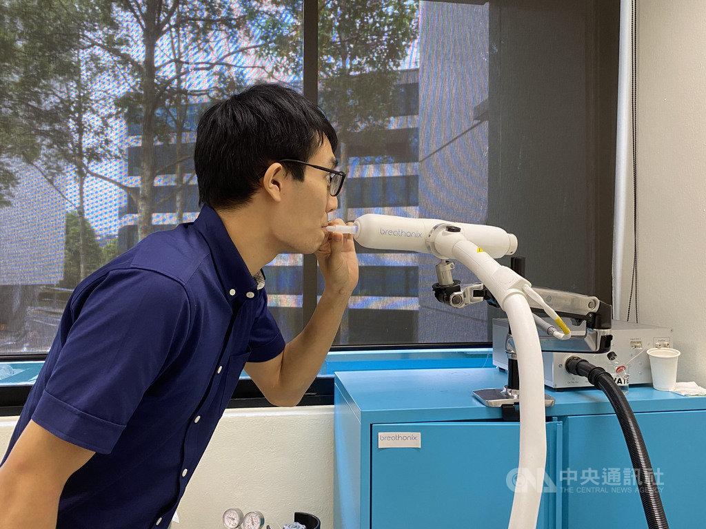 新加坡新創公司Breathonix研發呼吸檢測法,不到一分鐘就可知道受檢者是否感染2019冠狀病毒疾病。圖為Breathonix事業開發經理黃世杰示範檢測。中央社記者侯姿瑩新加坡攝 109年11月18日