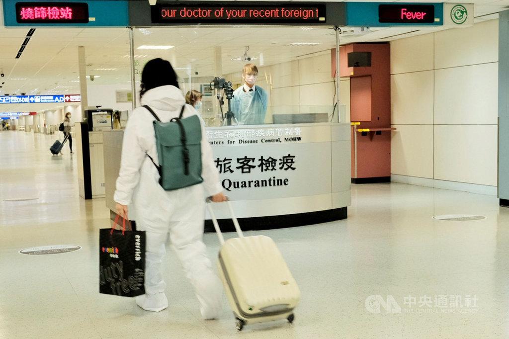 疫情指揮中心25日上午宣布新增5例武漢肺炎境外移入病例,國內累計病例數達623例。圖為桃園機場檢疫處。(中央社檔案照片)
