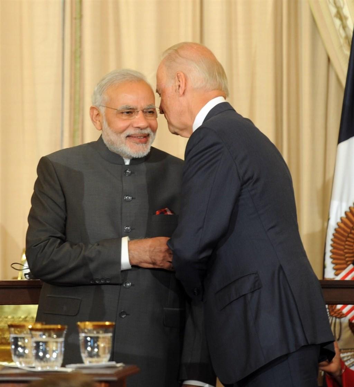 印度總理莫迪(左)18日深夜與美國總統大選預計勝選的拜登(右)通電話,同日莫迪在臉書分享他與拜登過去的合影。(圖取自facebook.com/narendramodi)