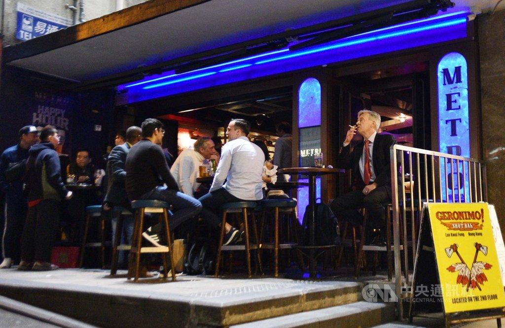香港18日新增9例2019冠狀病毒疾病確診,其中1例本土病例源頭不明。有專家解讀前兩波疫情數據指出,酒吧等娛樂場所是本土疫情傳播次數最多、最廣的環境。圖為蘭桂坊的一間酒吧。(中通社提供)中央社 109年11月18日