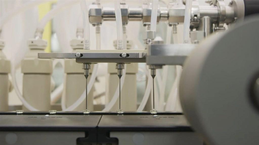 美國輝瑞大藥廠18日宣布,和德國生技公BioNTech合作研發的武漢肺炎疫苗試驗最終結果顯示,疫苗的預防效果達95%,且在各年齡層和種族的效果一致。(圖取自facebook.com/Pfizer)
