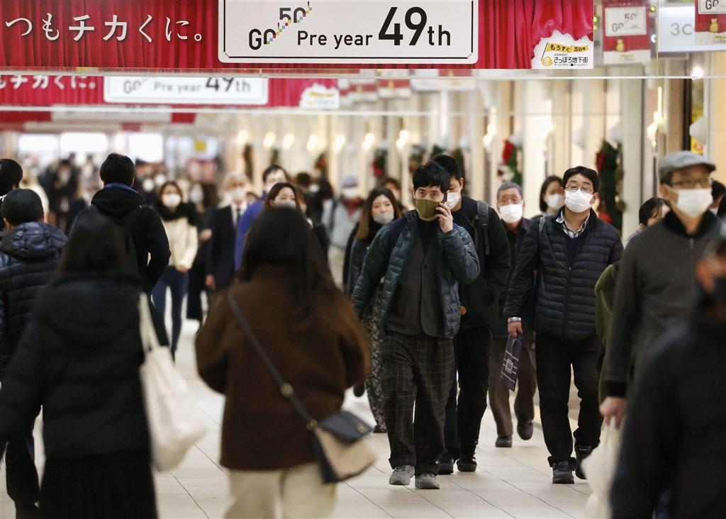 日本近期武漢肺炎疫情擴散,日本政府24日宣布,大阪市與北海道的札幌市暫停適用振興旅遊方案Go To Travel,前往這兩市旅遊的民眾將不能享有旅遊補助。圖為札幌地下街。(共同社)