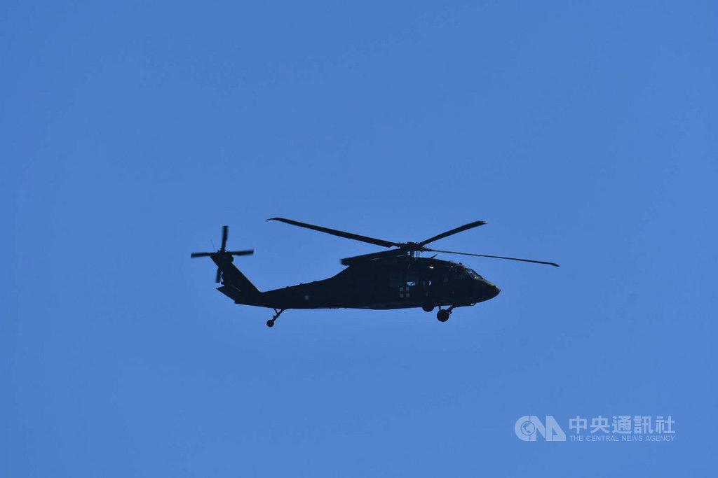 飛官蔣正志上校17日駕駛F-16戰機失聯迄今,搜救任務持續進行,飛官家屬19日上午搭搜救直升機,前往雷達光點消失的海域上空,呼喚希望蔣正志盡快出現。(陳姓航迷提供)中央社記者張祈傳真 109年11月19日