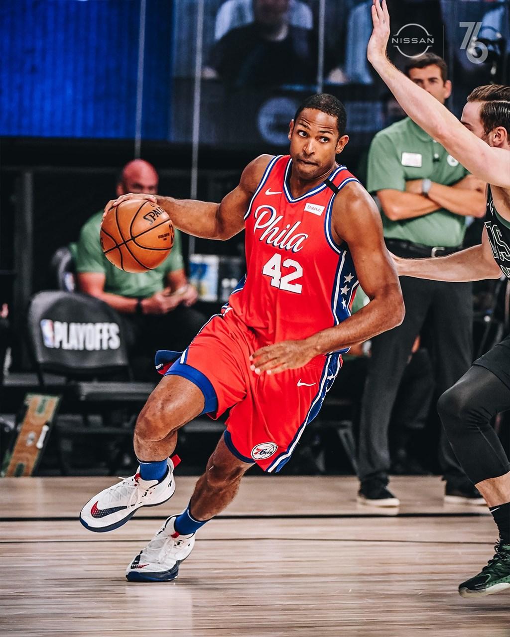 美國體育頻道ESPN報導,美國職籃NBA雷霆18日將葛林交易到費城76人,以換得中鋒霍福德(中)與1個首輪選秀權及1個第2輪選秀權。(圖取自facebook.com/Sixers)