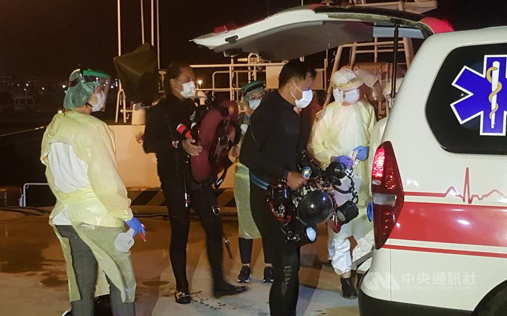 澎湖籍遊艇「快樂168號」19日載著國家海洋研究院5名人員在台灣淺堆海域進行水下生態調查作業,4名下水人員被湍急海流帶離,後被中國籍漁船發現救起,澎湖海巡艦艇也在晚間8時10分左右將4人平安接回。中央社 109年11月19日