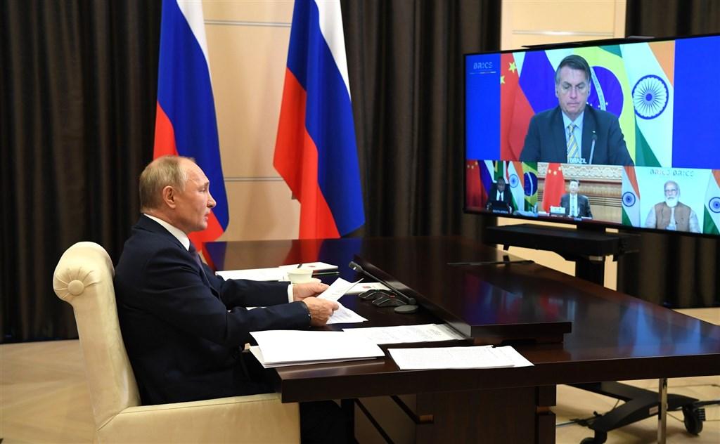 俄羅斯總統蒲亭(左)17日在演說中盛讚巴西總統波索納洛很有「男子氣概」,聽得波索納洛心花怒放。(圖取自twitter.com/kremlinrussia_e)