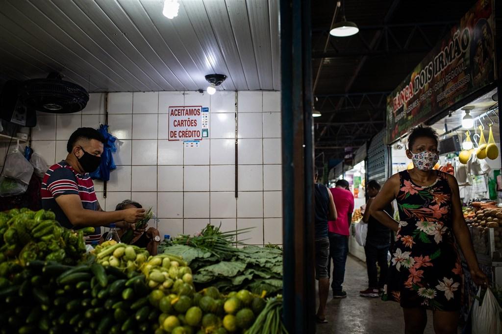 目前巴西確診病例超過590萬,近16.7萬人死亡,死亡人數全世界第二高,僅次於美國。圖為巴西亞馬遜州瑪瑙斯市一處市場。(圖取自Flickr;作者International Monetary Fund,CC BY-ND 2.0)