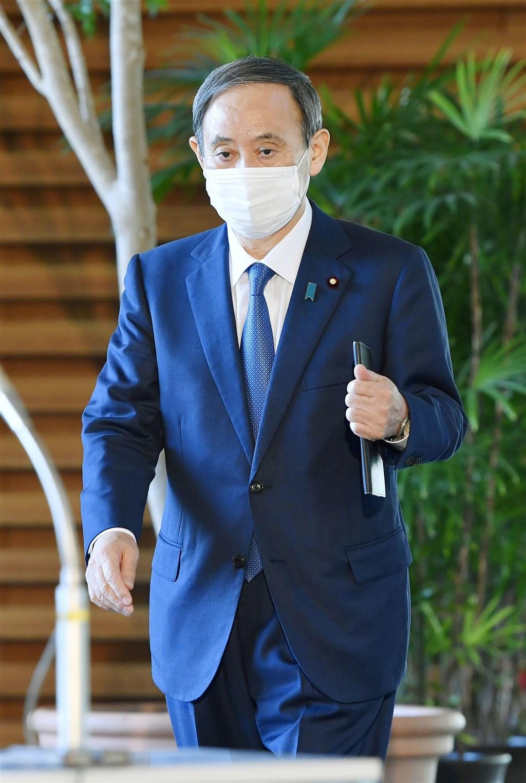 日本18日新增武漢肺炎確診病例多達2201例新高,首相菅義偉19日呼籲民眾要做好基本防疫工作,聚餐聊天時要戴口罩。(共同社)