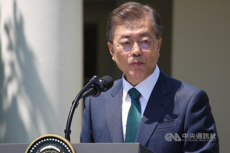 民意調查機構Realmeter 19日發布調查,韓國總統文在寅(圖)支持率創下2019年因前法務部長曹國爆發爭議、支持率大跌以來最低紀錄。(中央社檔案照片)