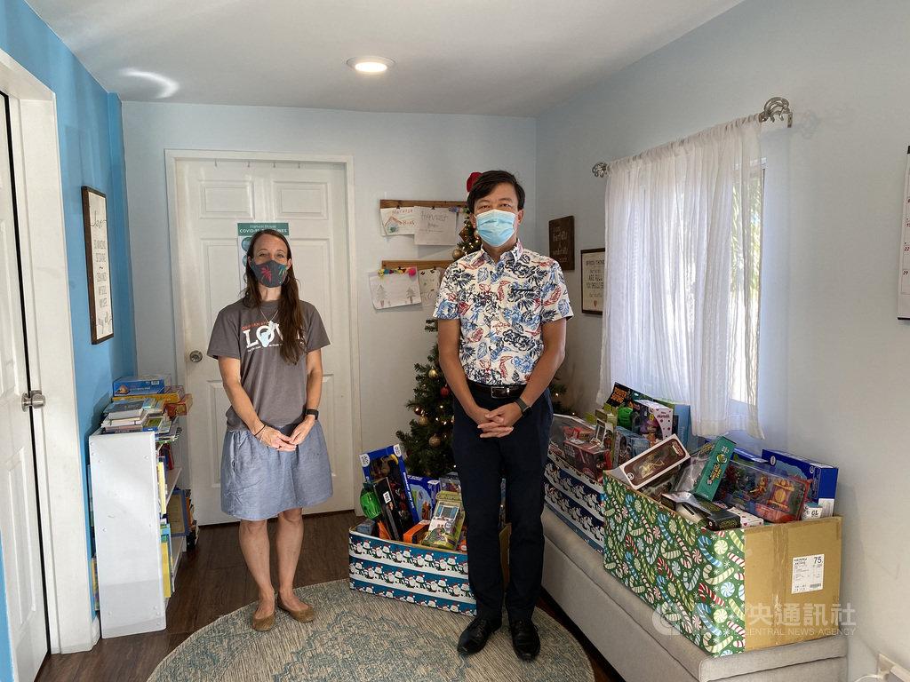 駐關島辦事處處長陳盈連(右)20日拜訪關島Harvest House兒少慈善機構,捐贈愛心玩具。Harvest House主管泰勒(左)代表受贈,感謝台灣的愛心。(中華民國駐關島辦事處提供)中央社記者石秀娟雅加達傳真 109年11月20日