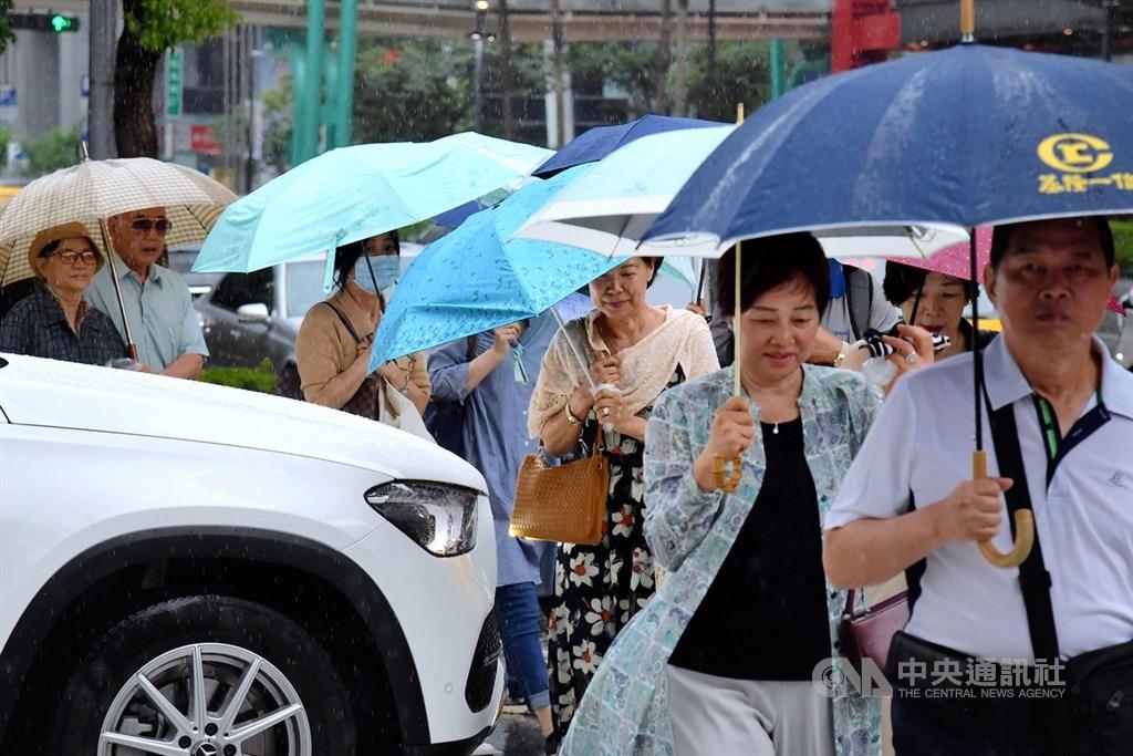 氣象專家吳德榮表示,20日午後北台灣、東半部雲量漸增,晚間東北風南下,北海岸、北部山區及東半部有局部雨。(中央社檔案照片)
