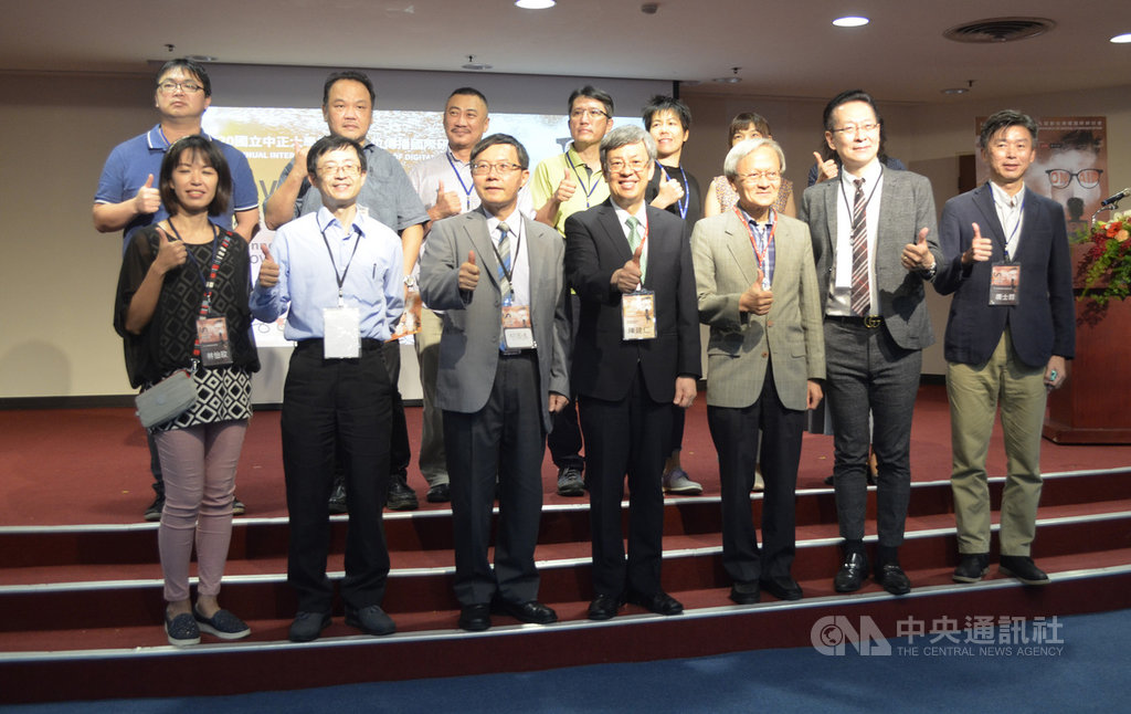 前副總統陳建仁(前中)20日參加在中正大學舉行的「COVID-19危機中的傳播創新與創業」研討會,分享傳播科技在防疫的角色,陳建仁指出,台灣成功防疫,是2300萬台灣人民一起努力的成果,也讓國際上越來越多人知道台灣。中央社記者蔡智明攝 109年11月20日