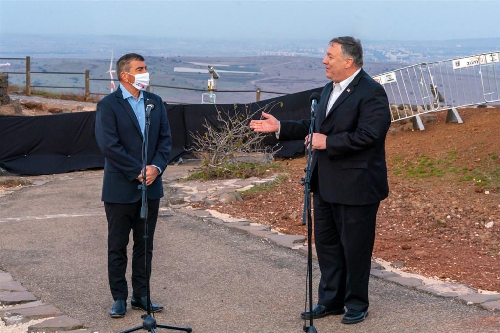 美國國務卿蓬佩奧(右)19訪問以色列占領的戈蘭高地,成為首位到此造訪的美國國務卿。圖左為以色列外長阿胥肯納吉。(圖取自twitter.com/SecPompeo)