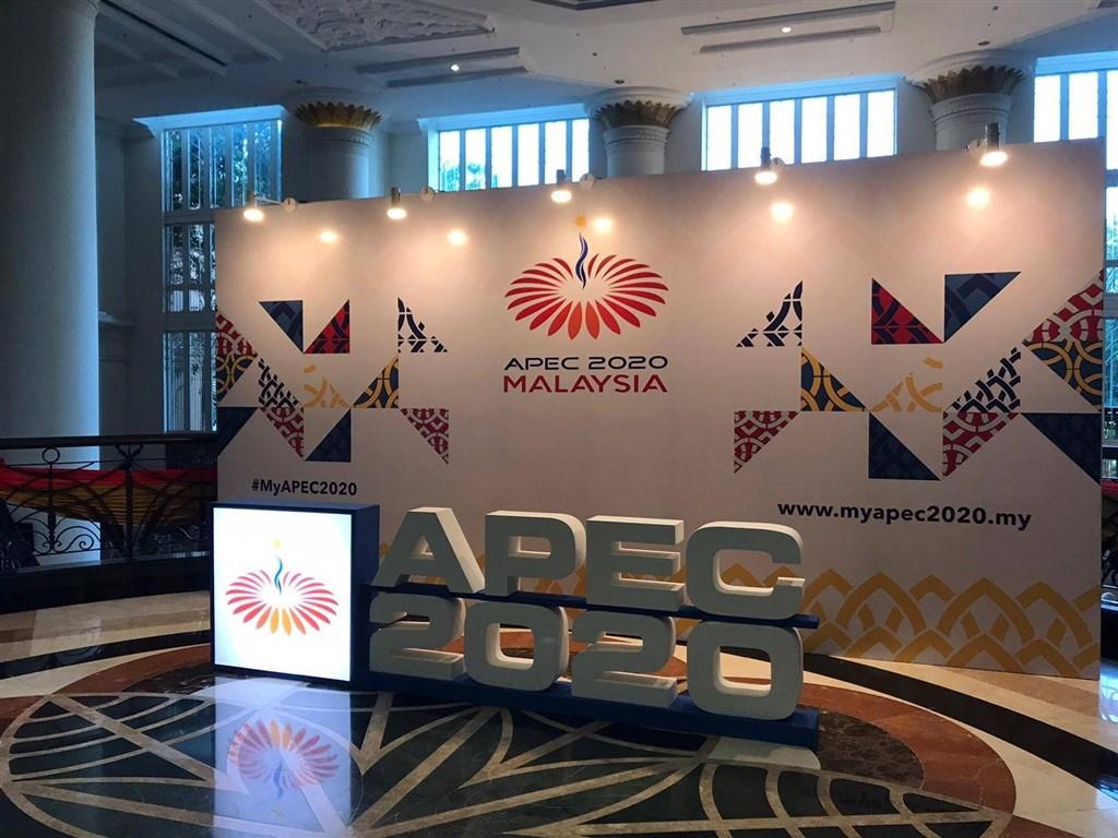 APEC經濟領袖會議20日晚間順利結束,下屆將由紐西蘭主辦。外交部24日說,依紐方目前規劃,2021年仍將以視訊舉行會議。圖為2020年布景。(圖取自facebook.com/APECnews)