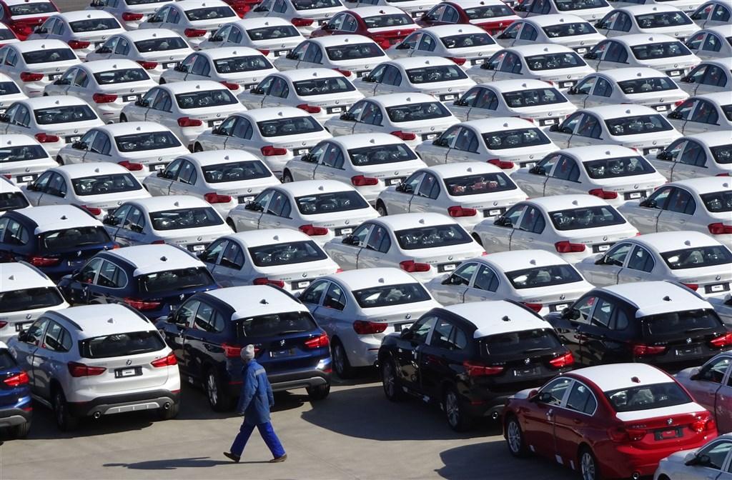 德國豪車寶馬(BMW)在中國合資夥伴企業、遼寧省國企華晨汽車集團20日正式宣布破產重整。圖為華晨寶馬汽車在大連碼頭等待運送。(中新社)
