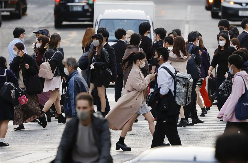 日本東京都19日新增確診病例534例,創新高紀錄,也是首度單日新增超過500例。圖為19日東京澀谷街頭。(共同社)
