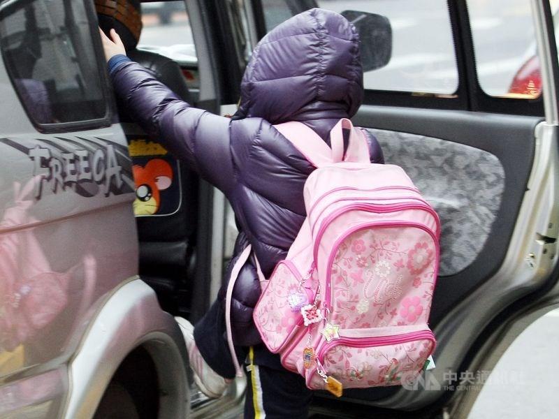 12月起有3項交通新制上路,其中,接送未滿7歲兒童上、下車,在禁止停車的黃線臨時停車不受3分鐘限制,但不包含等待時間。(中央社檔案照片)
