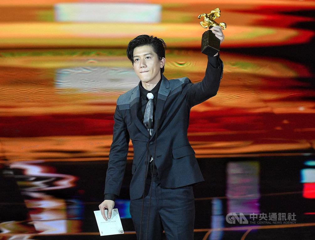 第57屆金馬獎頒獎典禮21日晚間在台北國父紀念館盛大舉行,演員莫子儀以「親愛的房客」勇奪最佳男主角,在台上高舉獎座。中央社記者鄭清元攝 109年11月21日