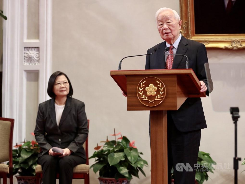 APEC經濟領袖會議20日以視訊進行並順利結束,總統蔡英文(左)21日晚間再次感謝台積電創辦人張忠謀(右)的參與。圖為10日蔡總統在總統府宣布APEC領袖代表仍由張忠謀出任。(中央社檔案照片)