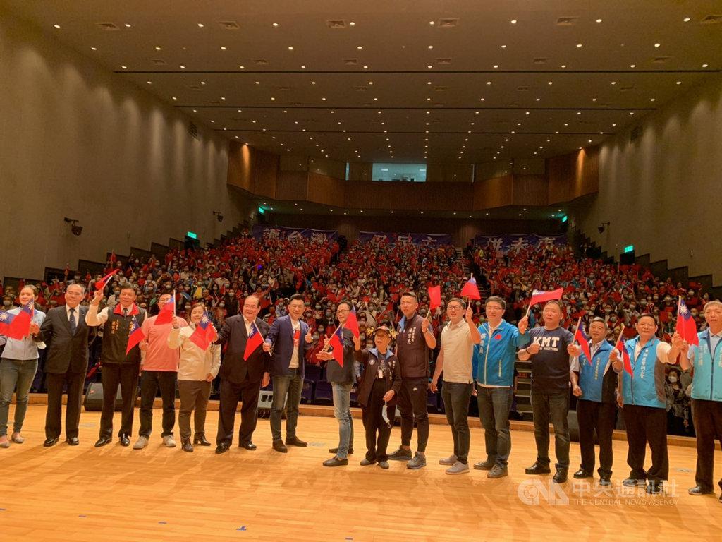 國民黨主席江啟臣(左7)等人21日上午到新北市三重區,出席國民黨新北市黨部慶祝建黨126週年黨慶表揚大會。中央社記者沈佩瑤攝 109年11月21日