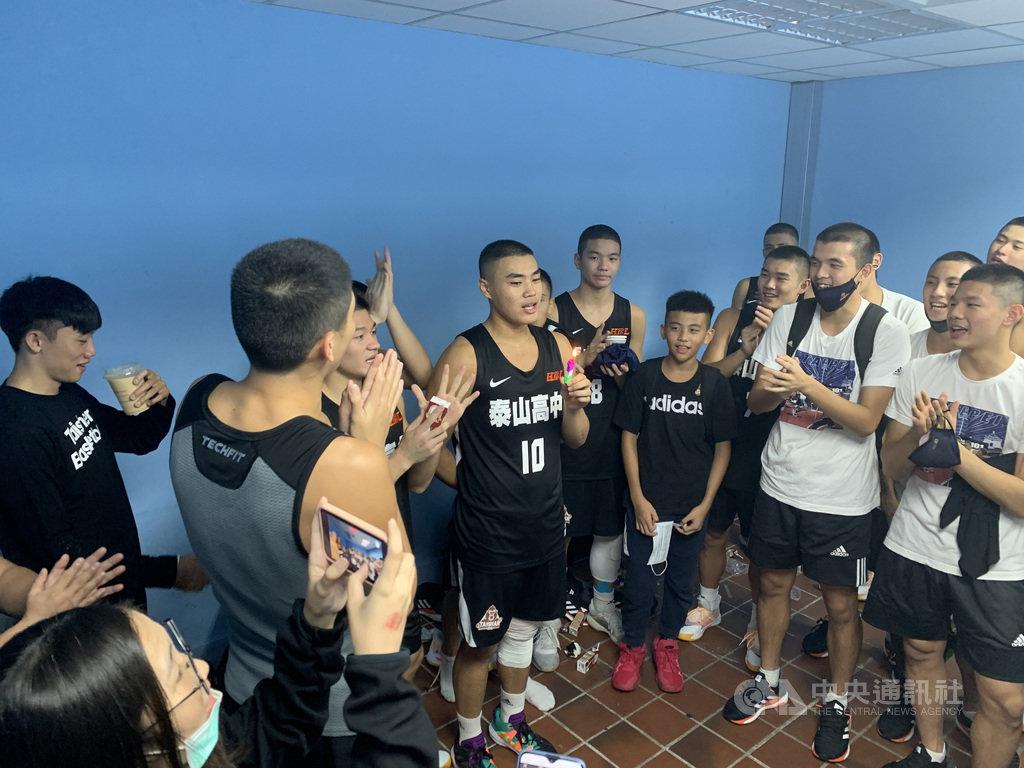 109學年度HBL高中籃球聯賽男子組預賽21日在台北體育館進行第3天賽事,泰山高中「泰國郎」楊財海(10號球衣)恰逢18歲生日,他拿下並列全隊最高的16分,率隊95比47輕取苗栗高中,順利晉級12強,賽後全隊在休息室裡幫他慶生。中央社記者龍柏安攝 109年11月21日