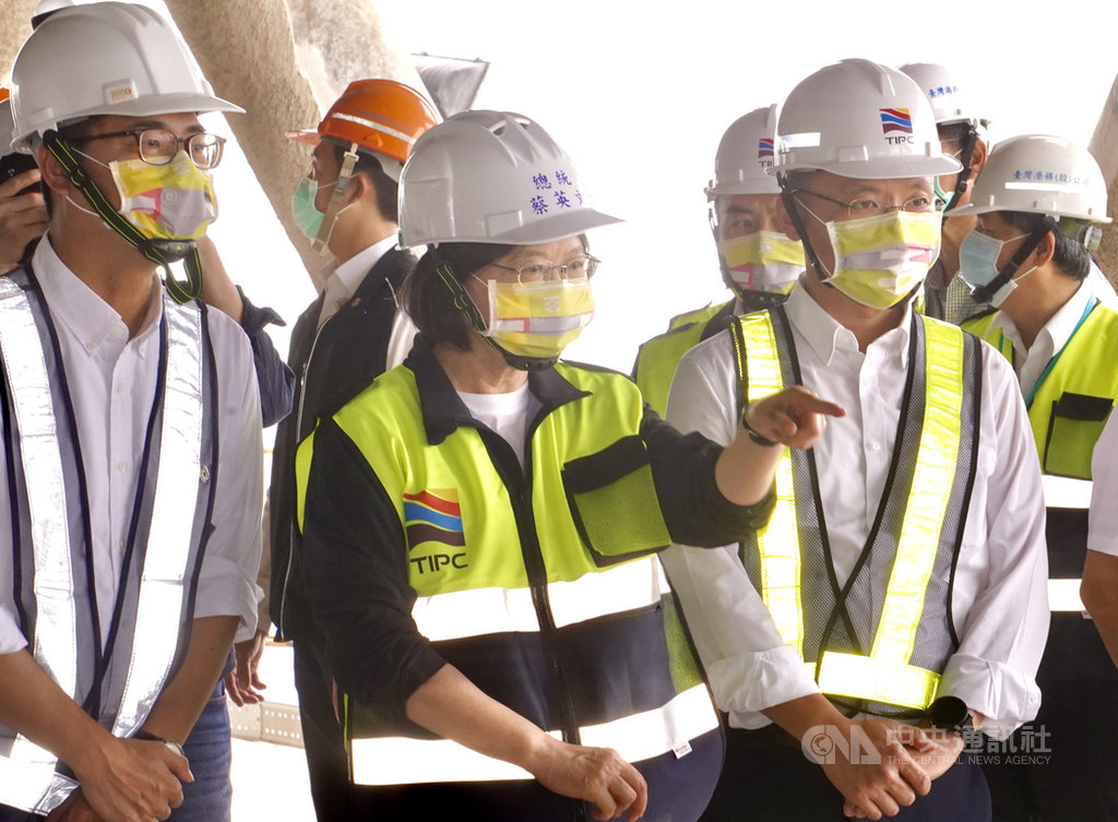 總統蔡英文(前中)21日在高雄市長陳其邁(前左)等人陪同下,視察高雄港埠旅運中心,了解興建進度與未來發展。中央社記者董俊志攝 109年11月21日