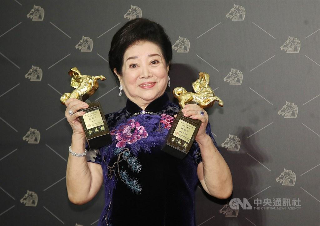 第57屆金馬獎頒獎典禮21日晚間在台北舉行,最佳女主角獎由陳淑芳以「孤味」獲得,加上先前以「親愛的房客」拿下最佳女配角,個人開心榮獲雙獎項。中央社記者張新偉攝 109年11月21日