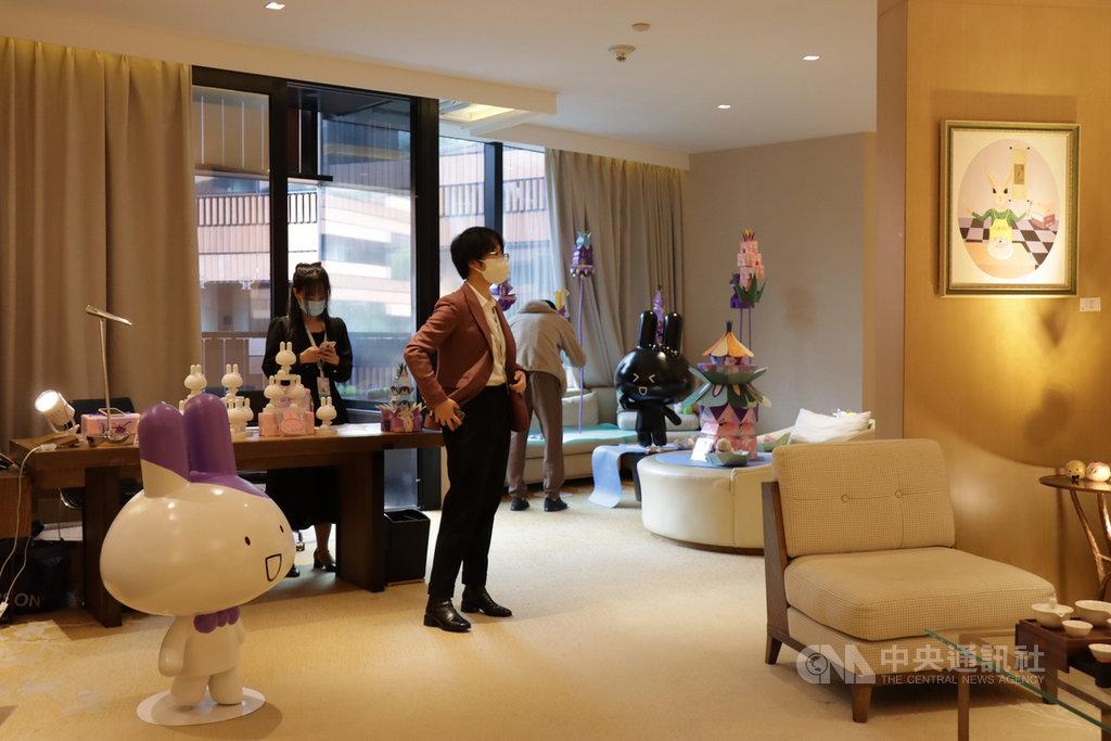 以飯店為展間的上海城市藝術博覽會,因疫情這次有許多海外畫廊無法參與,主辦方因此增加中國本地的藝術家參展,並已成立藏家俱樂部方式,深耕客戶群。中央社記者張淑伶上海攝 109年11月21日