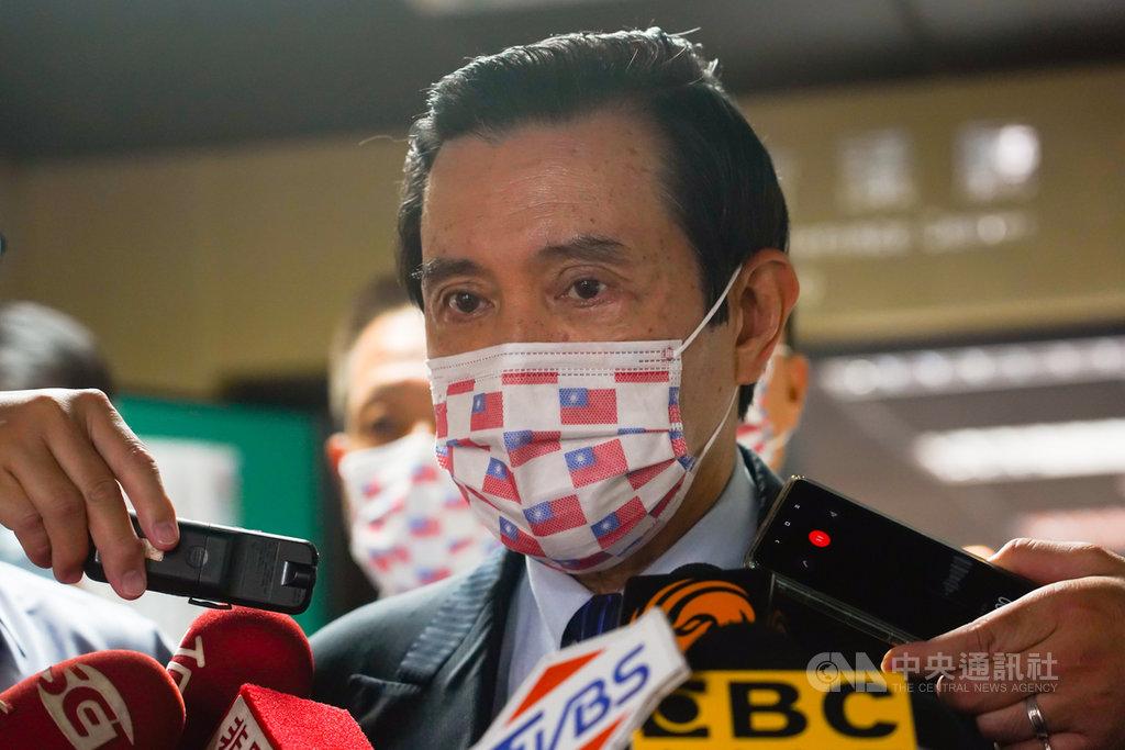 面對台灣無法加入RCEP,前總統馬英九(前)21日出席保釣運動發起50週年紀念研討會時受訪表示,要加入RCEP有困難但是不能不嘗試,「經濟部根本就說出了些不存在的障礙」。中央社記者王騰毅攝 109年11月21日