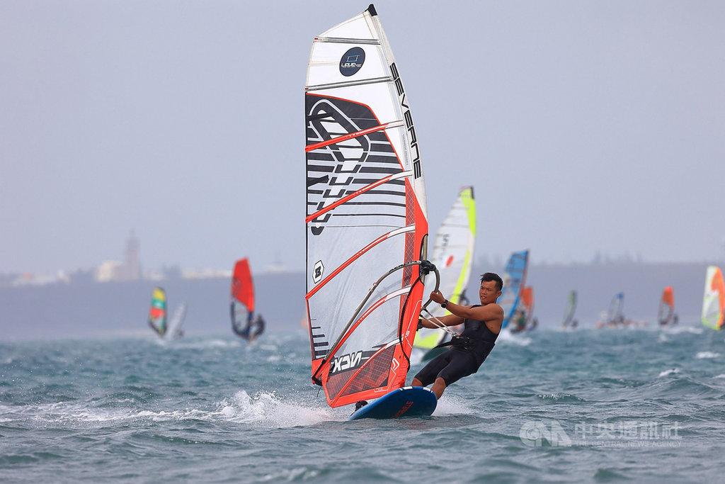 2020澎湖冬季風浪板公開賽21日舉行,來自全國14縣市的近50位風浪選手乘風破浪,馳騁在海上,競爭激烈。(澎湖縣帆船協會提供)中央社 109年11月21日