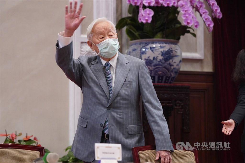 APEC經濟領袖會議20日以視訊進行並順利結束,台灣領袖代表張忠謀21日出席在總統府舉行的「2020 APEC暨經濟領袖會議會後記者會」,向媒體揮手致意。中央社記者徐肇昌攝 109年11月21日