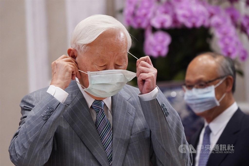 台灣APEC領袖代表張忠謀21日下午出席在總統府舉行的「2020 APEC暨經濟領袖會議會後記者會」,脫下口罩準備說明今年會議情形等。中央社記者徐肇昌攝 109年11月21日