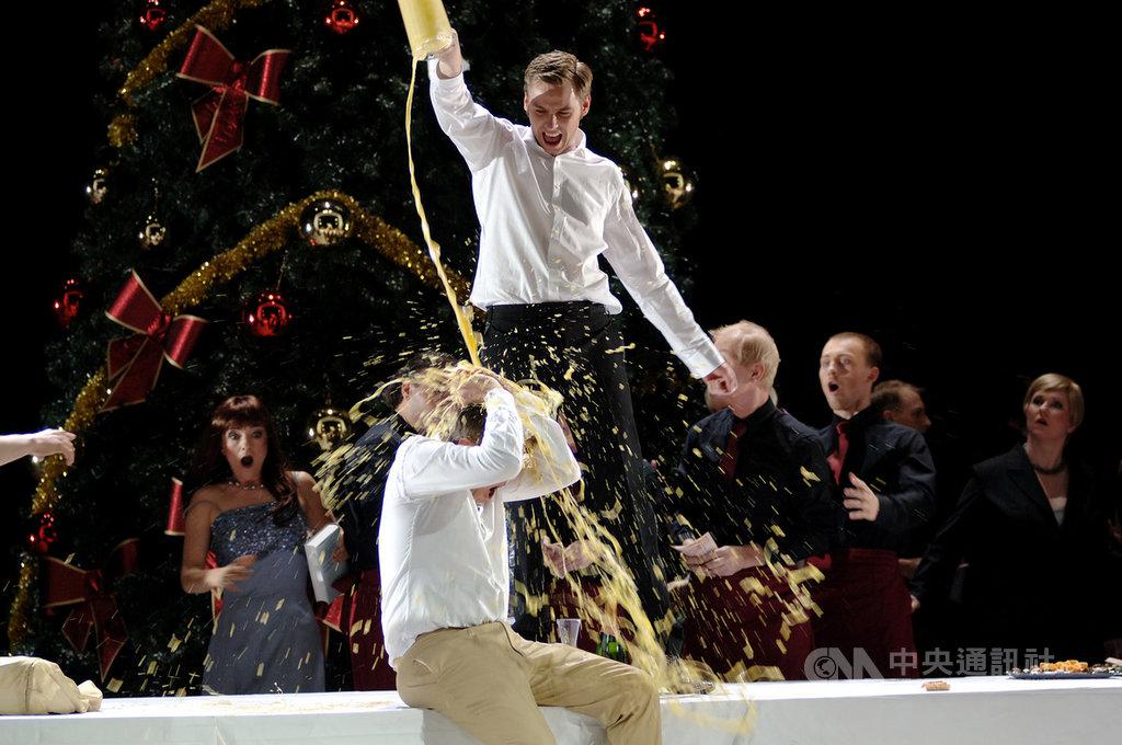 台中國家歌劇院將推出歌劇「波希米亞人」,這次在導演安德理亞.荷穆齊(Andreas Homoki)的版本沒有中場休息,4幕連演,節奏流暢,焦點放在人物、音樂與劇情的強烈張力。(台中國家歌劇院提供)中央社記者趙靜瑜傳真  109年11月21日