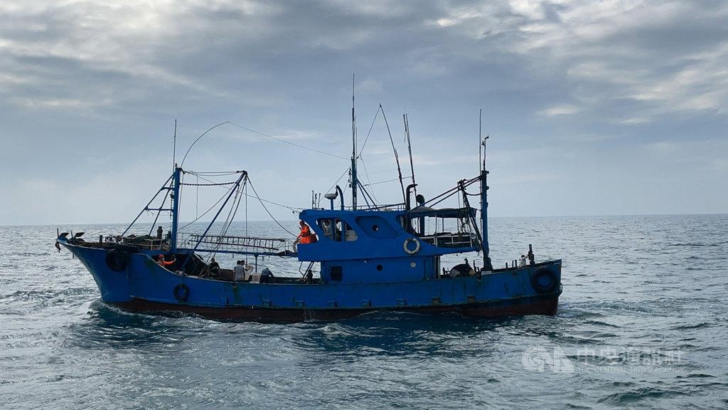 一艘中國福建籍漁船20日越界捕魚,台中海巡隊攔檢押返扣留。(民眾提供)中央社記者趙麗妍傳真 109年11月21日