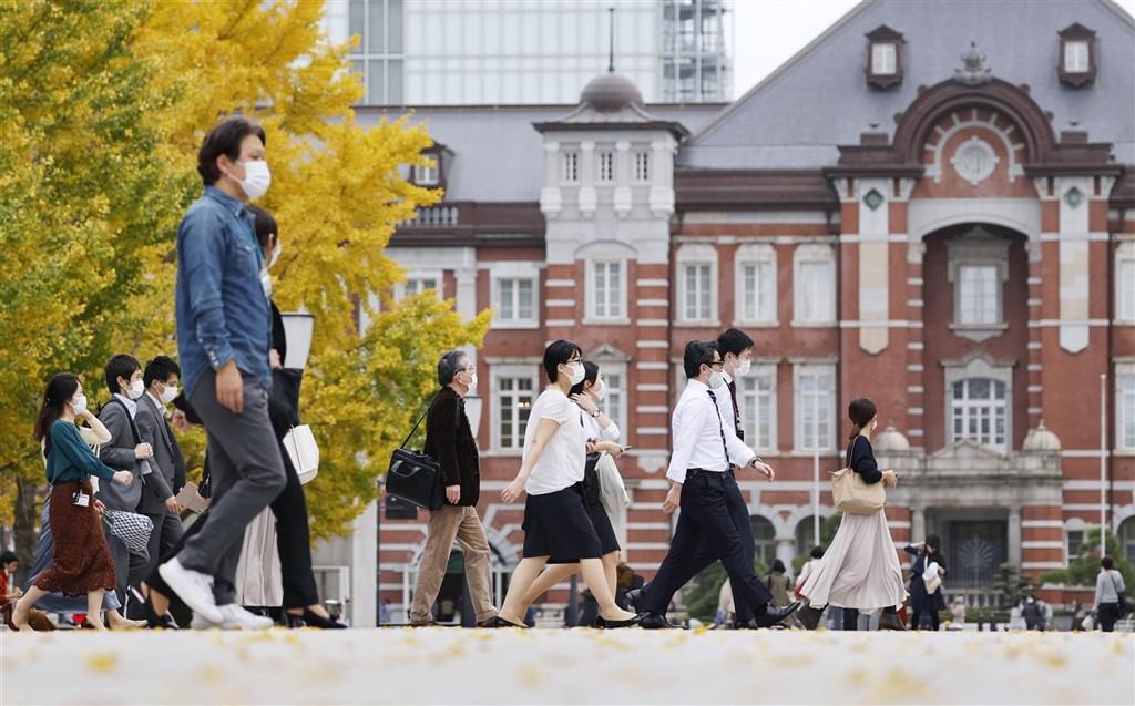 日本東京都武漢肺炎疫情持續延燒,21日新增539例,連續3天單日新增病例逾500例。圖為20日民眾行經東京車站前。(共同社)