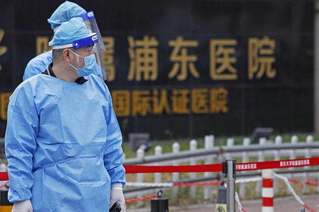 上海20日晚間通報2例2019冠狀病毒疾病本土確診,病患在浦東醫院從事護理工作。上海官方21日表示,已隔離浦東醫院工作人員在內的4015名密切接觸者。(中新社)