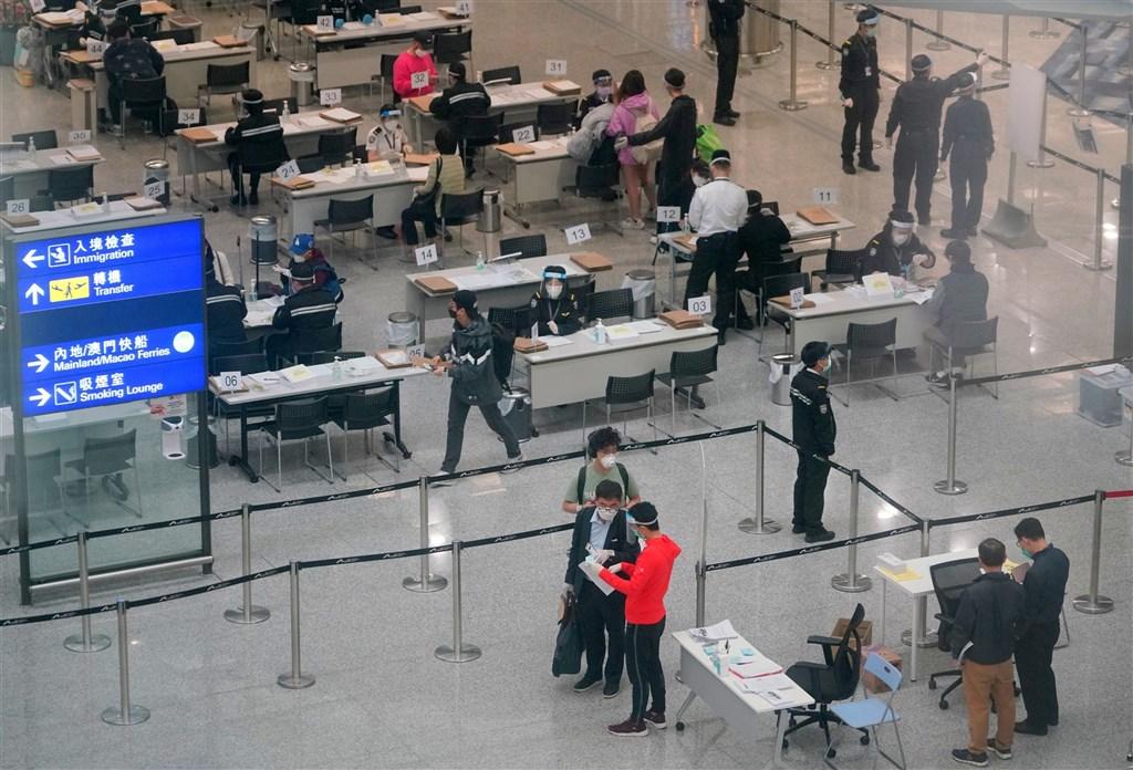 港媒報導,香港21日增43起武漢肺炎確診,為近3個月來新高。官方宣布,原訂22日啟航的香港、新加坡「航空旅遊氣泡」延期2星期。圖為香港機場為入境旅客辦檢疫手續。(中新社)