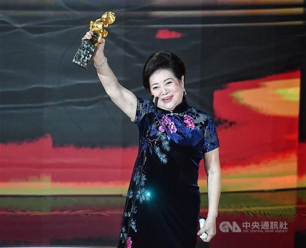第57屆金馬獎頒獎典禮21日在國父紀念館舉行,最佳女配角獎由陳淑芳以電影「親愛的房客」獲得。她獲獎後在台上表示,「我是演員不是明星,哪怕只有一句話我也演」。中央社記者鄭清元攝 109年11月21日