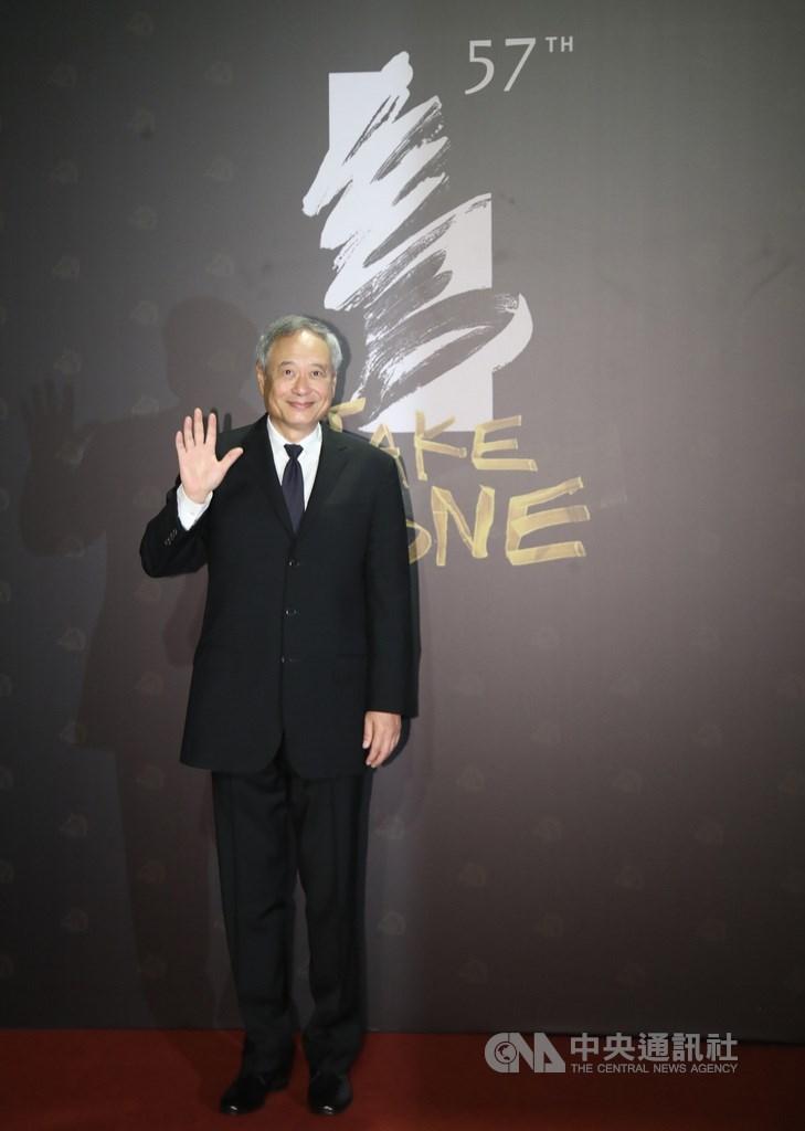 第57屆金馬獎頒獎典禮登場前,21日傍晚先由星光大道揭序幕,金馬執委會主席李安率先走上紅毯,向眾人揮手致意。中央社記者張新偉攝 109年11月21日